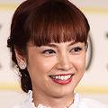 サッカー日本代表・長友佑都選手から「(僕の)アモーレ」と言われた平愛梨が、代理で受賞した。