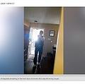 関係のない家に踏み込んだ保安官代理(画像は『ABC13 Houston 2020年9月10日付「FAMILY STARTLED BY DEPUTIES SERVING WARRANT AT WRONG HOUSE」』のスクリーンショット)