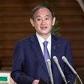 記者団の取材に応じる菅義偉首相=4月30日午後、首相官邸(春名中撮影)