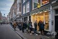 オランダ・ハーグで、大麻を販売するコーヒーショップ前に並ぶ人々(2020年3月15日撮影)。(c)Phil NIJHUIS / ANP / AFP