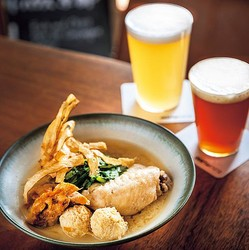 食べてほしいNo.1は写真手前の「鶏の煮込み 〜白味噌風味〜」(1200円)/Crafthouse Kyoto 七条高瀬川