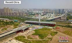 湖南省武漢市楊泗港の高速道路・青菱区間で11日、長さ248メートル、重さ1万8000トンの斜張橋の橋桁が、時計回りと反対方向に77度旋回した後、前日に105度旋回した長さと重さが同じ橋桁との閉合に成功した。