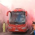 リバプールの選手が乗るバスが到着した瞬間。発煙筒が焚かれているのが分かる。(C)Getty Images