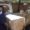 マダガスカルの首都アンタナナリボで、小型機から飛び降り死亡した英学生アラナ・カトランドさんのひつぎを運ぶ病院職員。AFPの動画より(2019年8月8日撮影)。(c)Volana RAZAFIMANANTSOA / AFP