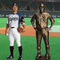 左から本人、等身大銅像、6分の1銅像、等身大胸像(提供:北海道日本ハムファイターズ)