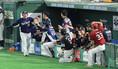 <オールスター 全セ・全パ>6回2死、ソロ本塁打を放った山川(左)はチームメートに出迎えられる(撮影・尾崎 有希)