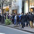 新型IQOSを発売 東京の「ストア銀座」では開店前に長蛇の列