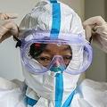 スウェーデンの研究者は新型肺炎のROが3.28人と推測した。写真は1月31日武漢の病院に務める医師(GettyImages)
