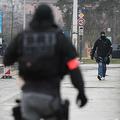 ドイツと国境を接するフランス・ストラスブールの橋の上を歩く仏警察特殊部隊(2018年12月12日撮影、資料写真)。(c)Frederick FLORIN / AFP