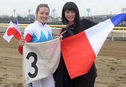 2Rで勝利し、女優の芳野友美(右)とポーズを決めるミシェル