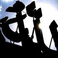 バングラデシュ・ダッカで、アラビア語でアッラー(イスラム教の神)と書かれた巨大な文字を清掃する人々(2002年11月6日撮影、資料写真)。(c)JEWEL SAMAD / AFP