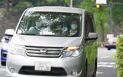 山口達也容疑者を乗せたとみられる車両が警視庁に入る(撮影・沢田 明徳)画像一部加工