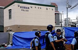 警察官が何者かに刺され、拳銃を奪われた交番。警察官らはヘルメットを着用している(16日午前7時27分、大阪府吹田市で)=近藤誠撮影