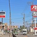 幹線道路沿いに「クスリのアオキ」「ゲンキーフード&ドラッグ」「スギ薬局」の3店が並んで出店する(岐阜県)。 とくに郊外型ドラッグストア激戦区の「九州地方」「中部地方」では「あえてライバル店の前に出店」するという光景が各地でみられる。