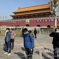 中国・北京で、新型コロナウイルス感染による死亡者を追悼し3分間の黙とうをする人たち(2020年4月4日撮影)。(c)LEO RAMIREZ / AFP