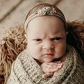 ムスッとした表情の赤ちゃん(画像は『Justine Tuhy Photography 2019年12月4日付Instagram「These might just be the best baby facial expressions I have ever captured! Mom and Dad both said she came out with this same face!」』のスクリーンショット)