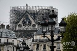 大火災で焼け焦げたフランス・パリのノートルダム大聖堂(2019年4月16日撮影)。(c)Philippe LOPEZ / AFP
