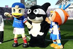 2019年にリーグ優勝した横浜のクラブマスコット「マリノスケ」(写真左)が、20年のクラブマスコット総選挙で初めて1位に輝いた。写真:茂木あきら(サッカーダイジェスト写真部)