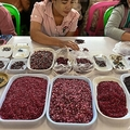 ミャンマー・マンダレー北部モゴックの宝石市場で取引される宝石(2019年5月17日撮影、資料写真)。(c)Ye Aung THU / AFP