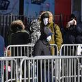 26日、米ニューヨークで新型コロナウイルスの検査を受けるため病院の外に並ぶ人々(AFP時事)