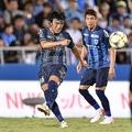 昨季は自身初のJ2でプレーし、横浜FCの13年ぶりのJ1昇格に貢献。今年6月には42歳となるが、非凡なテクニックや優れた戦術眼は健在だ。(C)SOCCER DIGEST