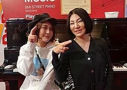 「BMIストリートピアノ」でコラボしたハラミちゃんと広瀬香美(画像は『広瀬香美 2020年3月25日付Instagram「皆さま〜 既にYouTubeでお楽しみいただいているかな〜と思いますが!ハラミちゃんと即興ライブ 【ストリートピアノ】してきましたよ〜♪」』のスクリーンショット)