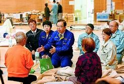 (写真)避難所を訪れ、被災者から要望を聞く志位委員長(中央)、岩渕参院議員(その左)、神山県議(右手前)、町田県委員長(左奥)=18日、福島県郡山市