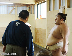 貴景勝(右)と千賀ノ浦親方の話し合いはわずか1分で終わった