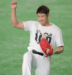 大竹寛の100勝記念Tシャツを着てキャッチボールをする菅野智之