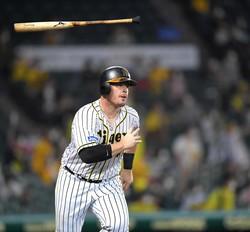 2回、先制2ランを放ったボーアはバットを投げながら一塁へ走る(撮影・田中太一)