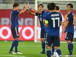 試合後、DF三浦弦太とハイタッチするDF槙野智章
