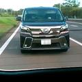 被害者の男性の動画。黒いワゴン車が接近する様子が映っていた(愛知県内、被害者提供)〈ワゴン車のナンバー部分を修整しています〉