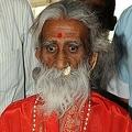 インド・アーメダバードの病院で、防衛研究開発機構の医師団による観察を終えて会見する、80年間断食を続けたと主張するプララド・ジャニさん(2010年5月6日撮影)。(c)AFP/Sam PANTHAKY