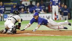 ソフトバンク—中日3  8回中日2死、大島洋平が右越えに長打を放ち、一気に本塁を狙うがタッチアウト。捕手高谷=ヤフオクドーム(画像:共同通信)