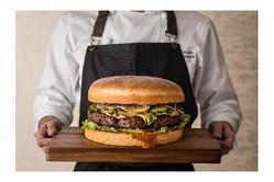 """【メガグルメ】過去最大「1.5kg」特大ハンバーガー!グランドハイアット東京の""""開業15周年メニュー""""がすごい"""