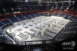セルビアの首都ベオグラードで、新型コロナウイルス感染者の仮設治療施設が設置されたスタジアム(2020年7月6日撮影)。(c)Oliver BUNIC / AFP