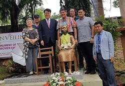 フィリピンのサンペドロ市に設置された少女像と除幕式に出席した関係者(読者提供)=(聯合ニュース)