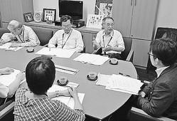 (写真)経産省の担当者(右端)に要請する電機・情報ユニオンの人たち=19日、衆院第2議員会館