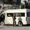 アフガニスタンの首都カブールで、爆弾攻撃を受けた民間テレビ局クルシードTVのスタッフらを乗せていたミニバスを調査する治安要員(2020年5月30日撮影)。(c)AFP