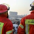 レバノン首都ベイルートで、穀物サイロを見る消防隊員ら(2020年9月4日撮影)。(c)ANWAR AMRO / AFP