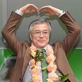 2012年、済州で遊説中、ミカンで作った花輪をもらって喜ぶ文在寅だが、ミカンはパクリ栽培の可能性が高い