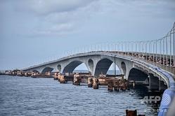 モルディブ首都マレに架かる、中国から多額の資金提供を受け建設されたシナマレ橋(2018年9月18日撮影、資料写真)。(c)AFP