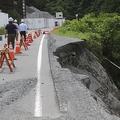 「小渋川非常口」に至る道路は増水した川で路肩が流出した(撮影・前島久美)