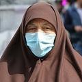 イランの首都テヘランで、マスクをつけて街中を歩く女性(2020年2月24日撮影)。(c)ATTA KENARE / AFP