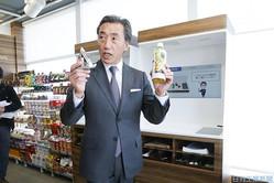 顔認証決済をデモンストレーションする沢田ファミマ社長
