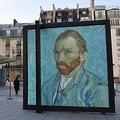 フランスのオルセー美術館前の看板に飾られたゴッホの自画像