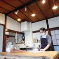 空き家を改修してオープンしたシェアスペース「せんつく」。屋根や柱、ふすまなど以前のままの姿を残している=東京都足立区千住寿町