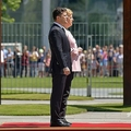 ドイツ首都ベルリンで、ウォロディミル・ゼレンスキー・ウクライナ大統領(手前)を迎えた際、同大統領と儀仗隊を巡閲するアンゲラ・メルケル独首相(2019年6月18日撮影)。(c)Tobias SCHWARZ / AFP