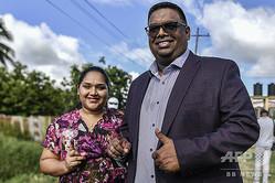 南米ガイアナの人民進歩党(PPP)のイルファーン・アリ氏(右)。ガイアナ・レオノーラで(2020年3月2日撮影)。(c)Luis ACOSTA / AFP