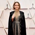 ナタリー・ポートマン、授賞式で着用した衣装への批判に声明発表